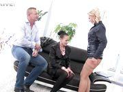 Мужик занимается сексом с двумя женщинами ссыкухами