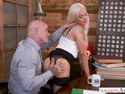 Стройняшка Elsa Jean занимается сексом с лысым на столе
