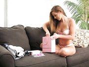 Женщина раздевается и пробует сразу все игрушки из секс шопа