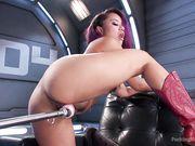 Annie Cruz в красных сапогах подставляет киску с пирсингом машине для оргазма