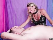 Опытная блондинка доводит парня до оргазма прикосновениями нежных рук