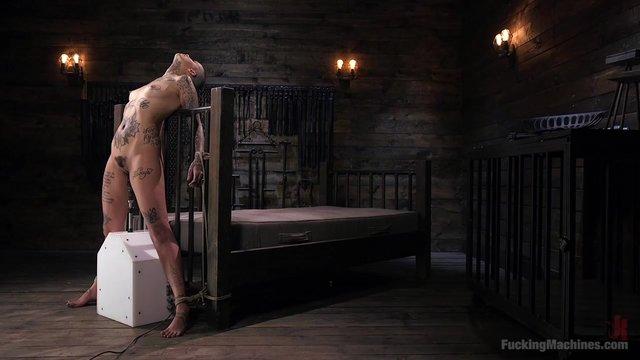 zhenshini-vozraste-seks-privyazanniy-mashina