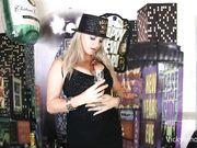 Грудастая блондинка празднует Новый год в одиночестве и ласкает клитор пальчиками