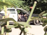 Полицейский делает куни темнокожей девице в полицейской машине