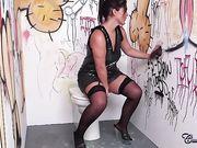 Женщина в чулках делает минет афроамериканцу в туалете