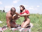 Сисястая красотка Kathy насасывает член парня на зеленой травке