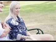 Блондинка без комплексов развлекается в парке с двумя парнями