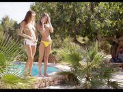 Gina Gerson и Clover плавают голые в бассейне и соблазняют темнокожего парня