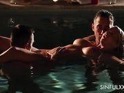 Красивый секс втроем ночью в бассейне