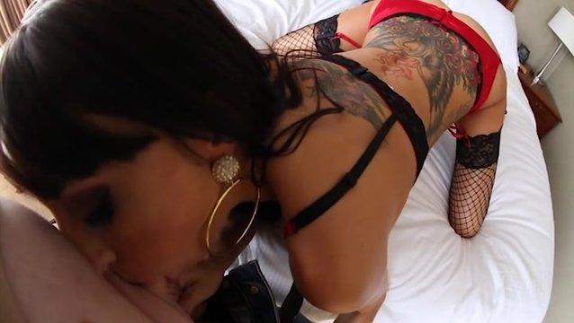 Прожженная брюнетка трахается с любовником - порно фото