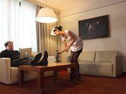 Горничная обслуживает гостя в номере