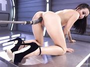 Брюнетка Dallas Black подставляет киску секс машине, стоя на четвереньках