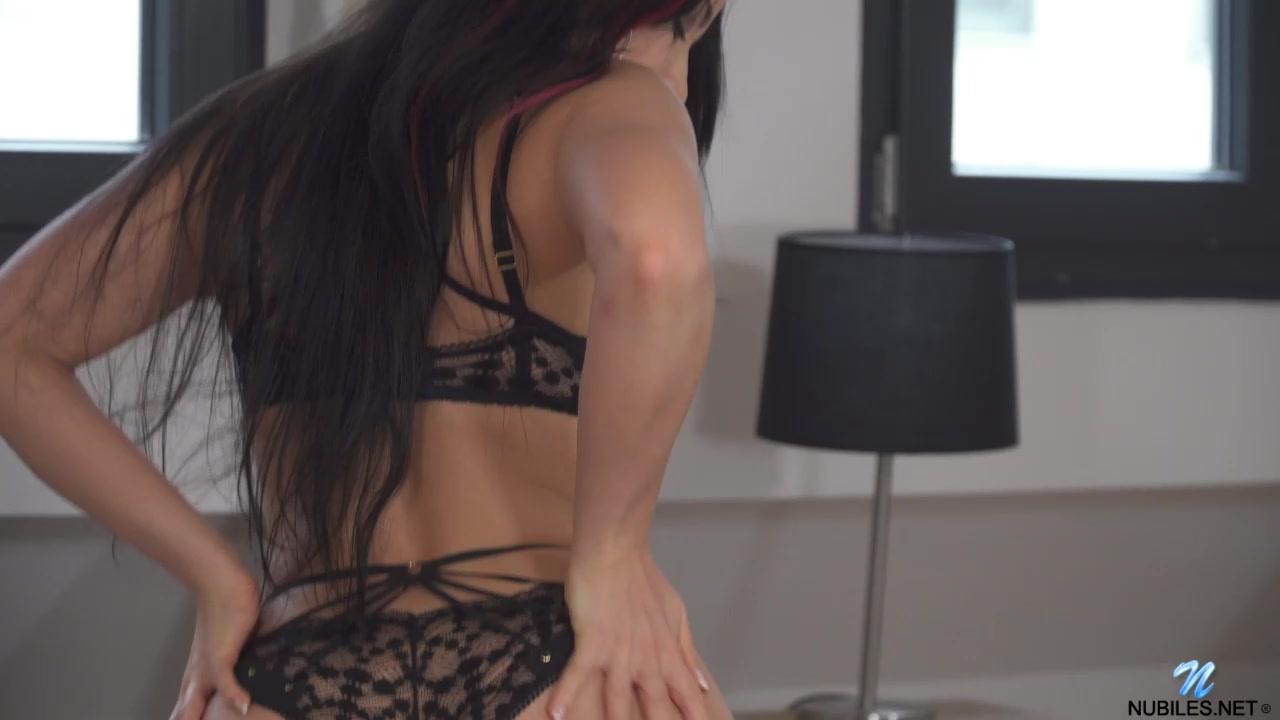 Секс девушка раздвигает ноги и втыкает фаллоимитатор порно