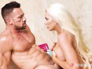Шикарная блондинка Nicolette Shea занимается страстным сексом в душе