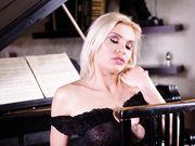 Шикарная блондинка вставляет анальную пробку и мастурбирует у рояля