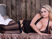 Сексуальная блондинка прижимается к зеркалу огромными сиськами