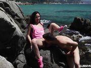 Русская брюнетка занимается сексом с парнем на берегу моря