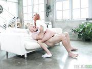 Рыжая девушка Xeena Mae трахается с лысым мужчиной
