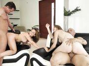 Подружки получают оргазм во время свингерской вечеринки