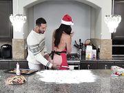 Брюнетка с попой в муке трахается с мужем на кухне
