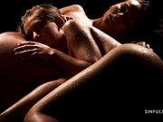 Lexi Dona и Tiffany Tatum в полной темноте ласкают загорелые тела в капельках воды