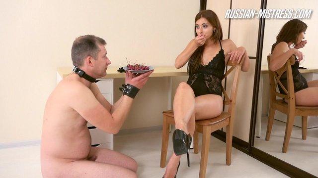 Порно видео худенькая блонда на каблуках ссыт в рот мужику