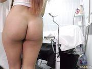 Гинеколог трахает красивую пациентку прямо в кресле