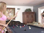 Блондинка и брюнетка делают куни и целуются на бильярдном столе