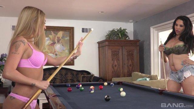 Порно с блондинкой с огромными сиськами на бильярдном столе