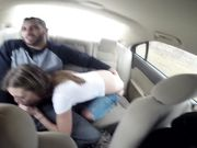 Anya Olsen трахается с парнем на заднем сиденье авто