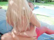 Шикарная блондинка в красных чулках занимается сексом в саду