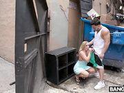 Блондинка делает минет и трахается возле мусорных баков
