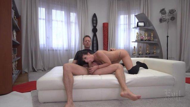 Шикарная брюнетка на порнокастинге видео, трахнул девку сапогах на стуле