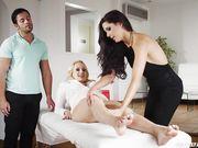 Мужик дрочит наблюдая как Alexa Tomas доводит до струйного оргазма Angel Wicky