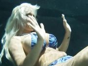 Сисястая Holly Halston заглатывает член на дне бассейна