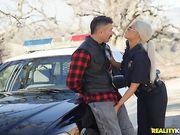 Американская полицейская заставила задержанного трахнуть ее в служебной машине