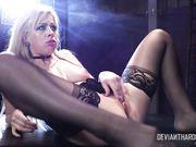 Zoey Monroe в чулочках трахается в комнате запретных удовольствий