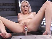 Секс робот активно трахает розовую киску Cadence Lux