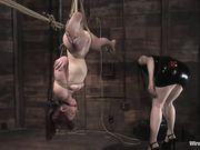 Claire Adams висит вниз головой и Госпожа сует электросекс игрушку ей между ног