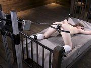 Danni Rivers прикована к кровати и ее трахает секс робот