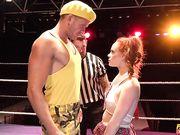 Борец жестко отымел Ella Hughes в униформе студентки на ринге