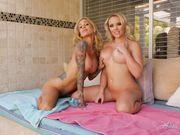 Соблазнительная эротика двух блондинок Alexis и Sarah