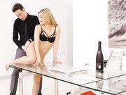 Страстный секс с блондинкой на стеклянном столе