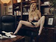 Блондинка с шикарными дойками удовлетворяет себя игрушкой