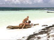Красивая пара занимается сексом на берегу океана