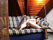 Mina расслабляется при свете ночника и сует пальчики в киску