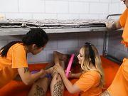Заключенные в оранжевой униформе устроили лесбийскую оргию со сквиртом