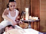 Стройная девушка делает массаж обнаженным телом в масле