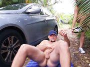 Трахнул рыжую деваху под пальмами возле авто