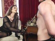 Госпожа в прозрачном костюме устроила порку своему молодому рабу